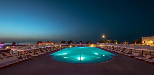 Het zwembad bij of vlak bij Mitsis Laguna Resort & Spa