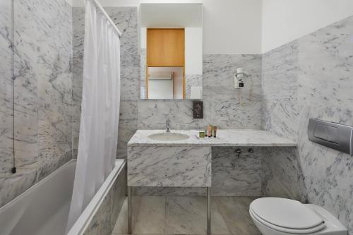 Ein Badezimmer in der Unterkunft Hotel Faro & Beach Club