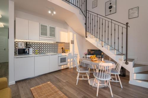 A kitchen or kitchenette at Apartments Villa Maria