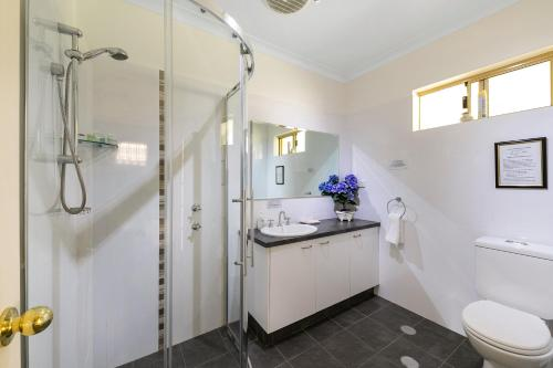 A bathroom at Armadale Cottage Bed & Breakfast