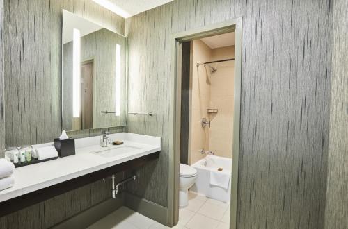 A bathroom at Riu Plaza Fisherman's Wharf
