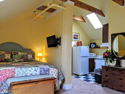 A bed or beds in a room at Old Stagecoach Inn