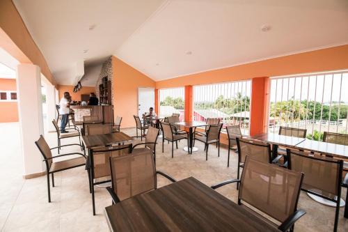 Um restaurante ou outro lugar para comer em Omira Apartments Suites. Flamingo room