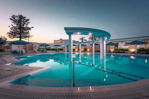 Der Swimmingpool an oder in der Nähe von Mitsis Grand Hotel Beach Hotel