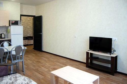 A television and/or entertainment center at Apartment Bulvar Molodezhi 46