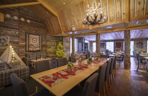 A restaurant or other place to eat at Wilderness Hotel Muotka & Igloos