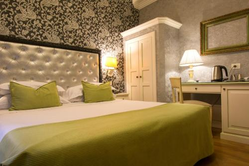 A bed or beds in a room at Hotel Pedrini