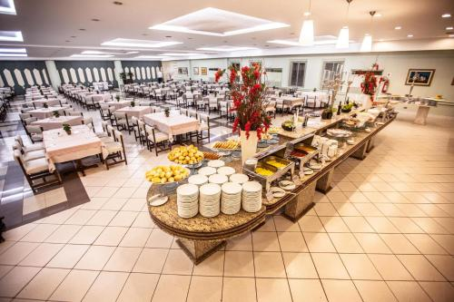 A restaurant or other place to eat at Rafain Palace Hotel & Convention Center