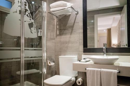 A bathroom at Hotel Meninas - Boutique Opera