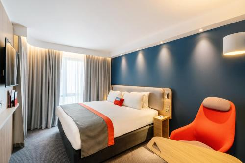 A bed or beds in a room at Holiday Inn Express - Derry - Londonderry