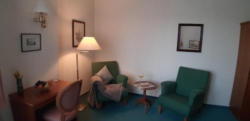 Ein Sitzbereich in der Unterkunft Hotel Fürstenhof