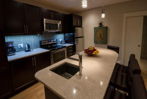 Kuchnia lub aneks kuchenny w obiekcie Around the Sea - Cana da's Rotating House, Suites & Tours