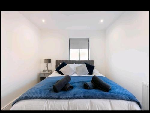 A bed or beds in a room at Vicarage Road Luxury Apartment Free Wifi & BT Sports sleeps 4