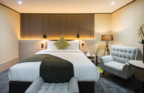 A bed or beds in a room at Aerotel London Heathrow, Terminal 2 & Terminal 3