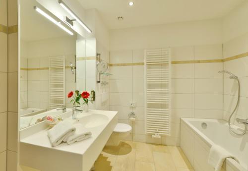 Ein Badezimmer in der Unterkunft Hotel Der Lindenhof