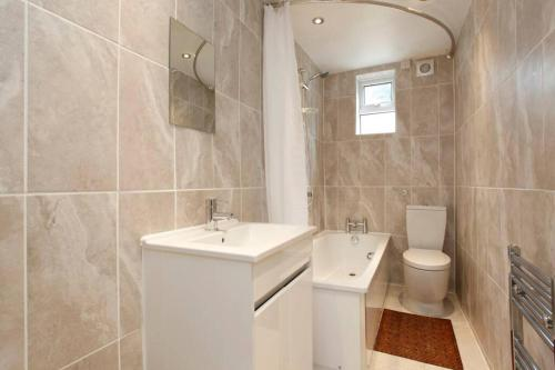 A bathroom at Lovely Seaside Ground Floor Cottage Old Leigh