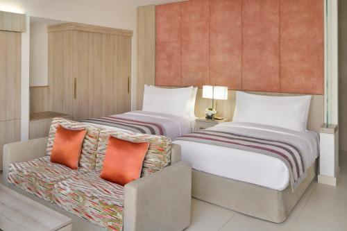 سرير أو أسرّة في غرفة في Mövenpick Hotel Tahlia Jeddah
