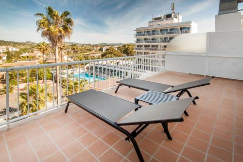 Un balcón o terraza de Catalonia del Mar - Adults Only