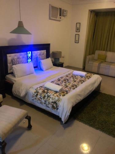 A bed or beds in a room at Aloha Apartments by blissful Ganges