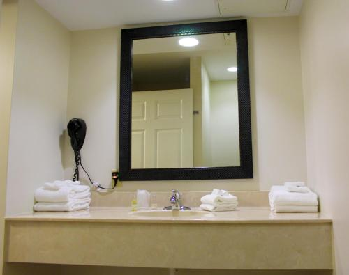 A bathroom at Canyon Motel