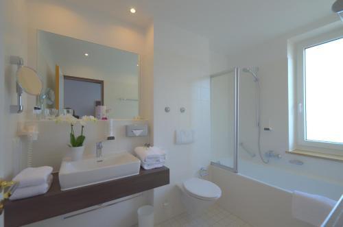 A bathroom at Lizz Hotel Munich