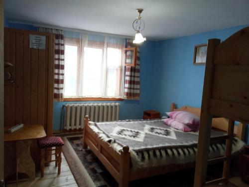 Кровать или кровати в номере Na gorbochku u Natali