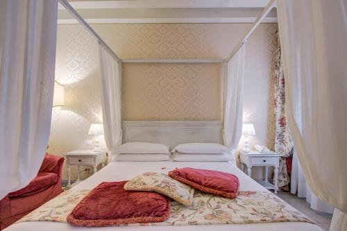A bed or beds in a room at Hotel Antiche Figure