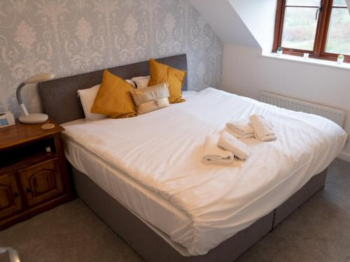 A bed or beds in a room at Spacious 3 bedrooms house with a pleasant garden
