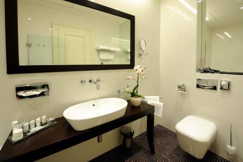 A bathroom at Roset Hotel & Residence