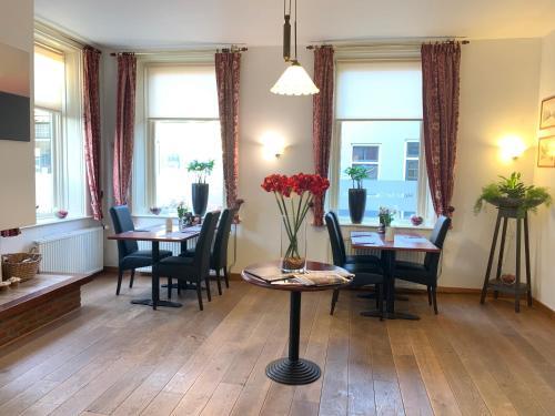 Een zitgedeelte bij Hotel het Gemeentehuis Uithuizen