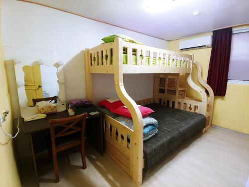 A bunk bed or bunk beds in a room at Daejeon Guesthouse Sky Garden