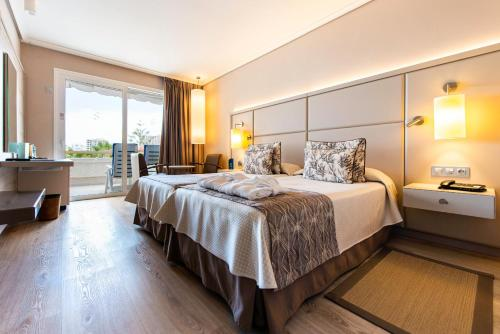 A bed or beds in a room at Spring Arona Gran Hotel - Adults Only