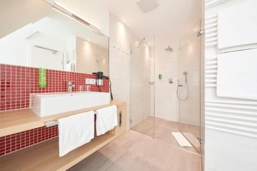 A bathroom at Hotel Victoria Nürnberg