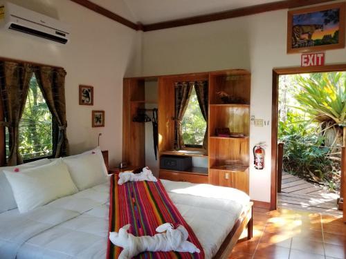 Een bed of bedden in een kamer bij Mariposa Jungle Lodge