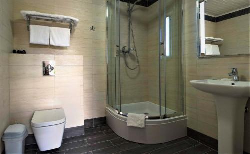 A bathroom at Hotel 4x4