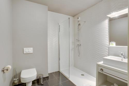 A bathroom at All Suites Appart Hôtel Aéroport Paris Orly – Rungis
