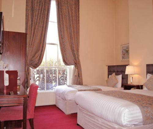 A bed or beds in a room at Fitzwilliam Townhouse