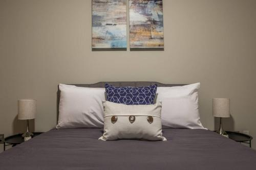 A bed or beds in a room at Upscale Waterfront 1BR Apt
