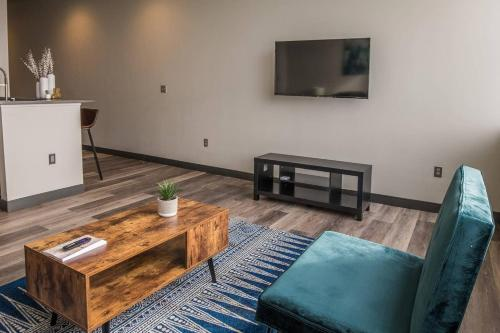 A seating area at Relaxing 1BR Apt in Downtown