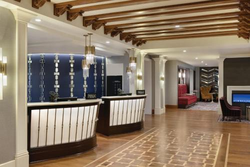The lobby or reception area at Hilton Checkers Los Angeles