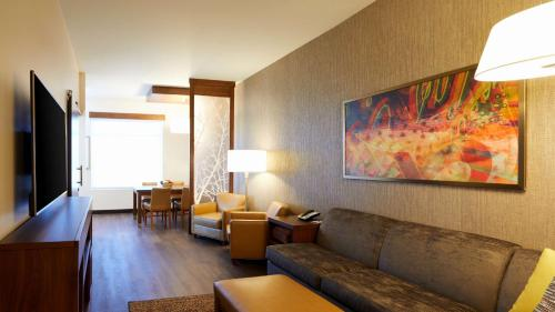 A seating area at Hyatt Place Las Vegas at Silverton Village