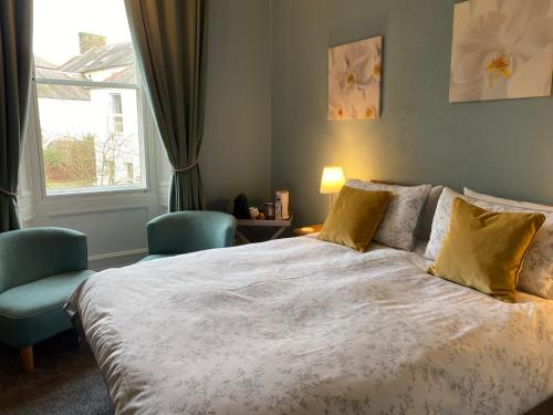 A bed or beds in a room at Glenaldor House