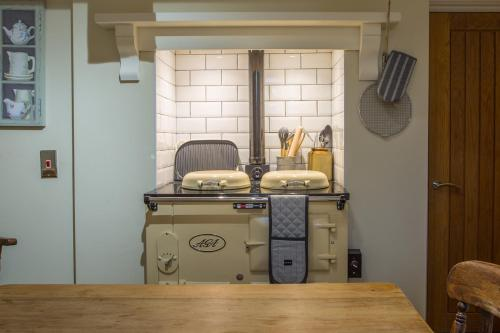 A kitchen or kitchenette at Cosy Country Cottage in City Centre