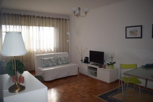 A seating area at Vistas Sobre O Rio Tejo