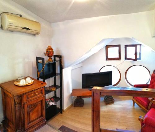 Televízia a/alebo spoločenská miestnosť v ubytovaní Casa Romana