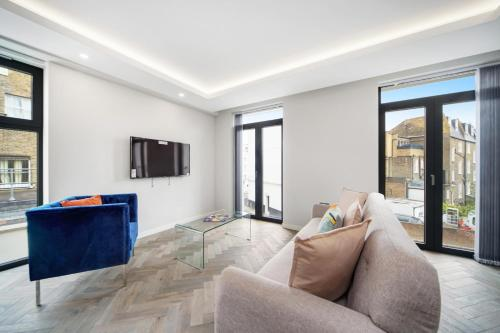 A seating area at Lux Apartments in Fulham by Dino
