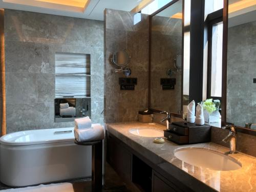 Dali International Hotelにあるバスルーム