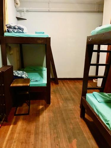 A bunk bed or bunk beds in a room at Halifax Backpackers