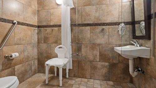 A bathroom at Best Western Plus Kamloops Hotel