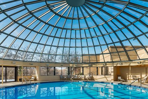 The swimming pool at or close to Sheraton Toronto Airport Hotel & Conference Centre